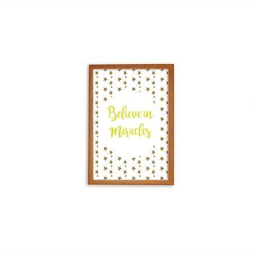 Ilustração Believe in Miracles em Amarelo - Moldura Madeira